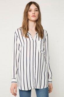 Свободная женская рубашка в полоску с джинсами