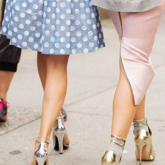 Серебристые и золотистые блестящие туфли