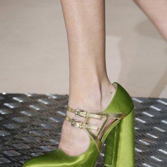 Необычные зеленые блестящие туфли