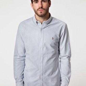 Серо-белая полосатая мужская рубашка с бежевыми брюками