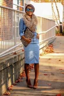 Коричневые замшевые туфли с джинсовой юбкой и рубашкой
