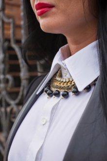 Украшение белой блузки бусами