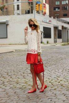 Красная юбка и сумка с красными балетками