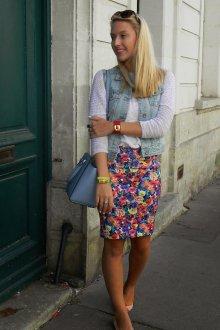 Цветочная юбка с белыми балетками