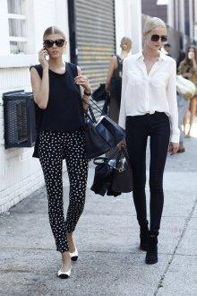 Черно-белые брюки с белыми балетками