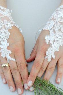 Короткие белые свадебные перчатки без пальцев