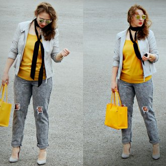 Серые босоножки с серой и желтой одеждой
