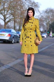 Золотистые босоножки с горчичным пальто