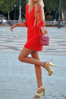 Золотистые босоножки с красным платьем