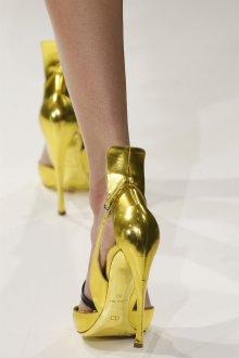 Стильные золотистые босоножки на каблуке