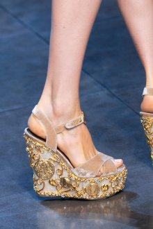 Модные бежево-золотистые босоножки