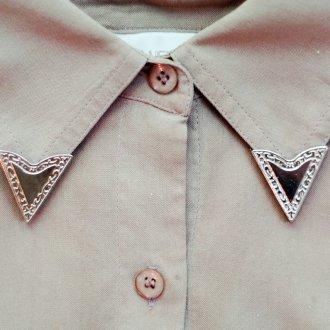 Украшение коричневой рубашки