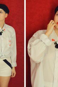 Оригинальное украшение белой рубашки