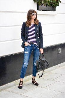 Черные балетки с джинсами и полосатой футболкой