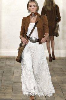 Коричневая замшевая куртка с белым платьем