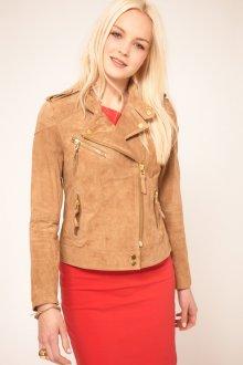 Коричневая замшевая куртка с красным платьем