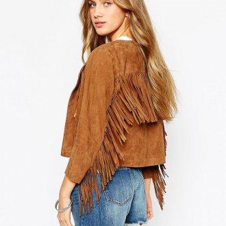Коричневая замшевая куртка с джинсовыми шортами