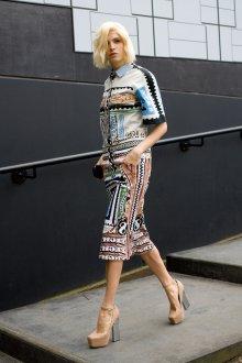 Бежевые замшевые босоножки с платьем