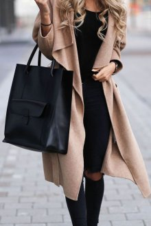 Бежевые босоножки с черной одеждой и бежевым пальто