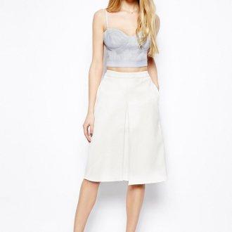 Серый топ и белая юбка
