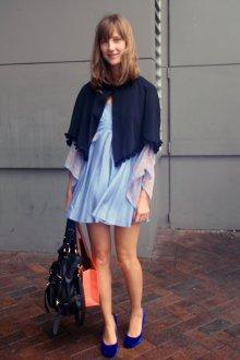 Синие босоножки с голубым платьем