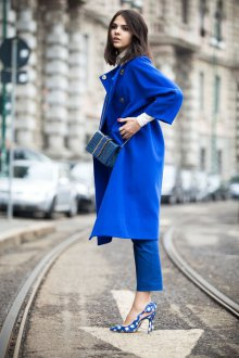 Синие босоножки с синим пальто