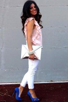 Синие босоножки с белыми брюками и розовой блузкой