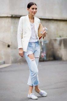 Белая футболка с джинсами и белым пиджаком