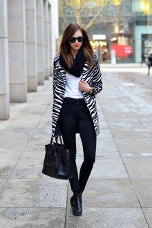 Белая футболка с черными брюками и полосатым пальто