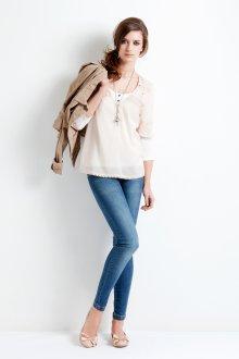 Бежевые балетки с джинсами и бежевой блузкой