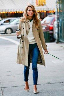 Бежевые балетки с джинсами и пальто