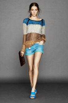 Голубые босоножки с джинсовыми шортами и кофтой
