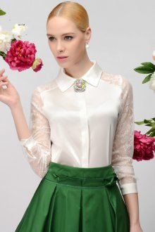 Блузка с гипюровыми рукавами