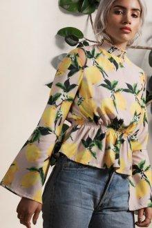 Блузка с расклешенным рукавом