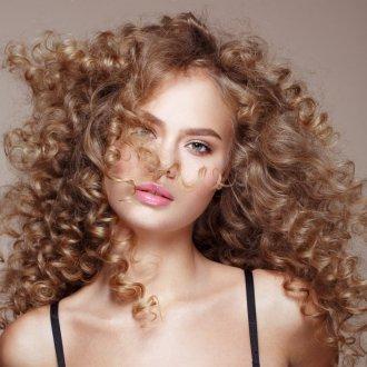 Стрижка на кудрявые волосы 2019
