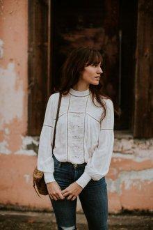 Белая блузка в стиле этно