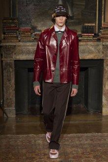 Мужская бордовая куртка из лаковой кожи