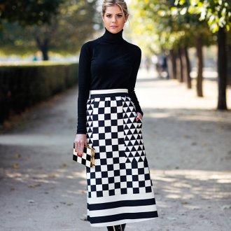 Монохромные цвета юбки с водолазкой