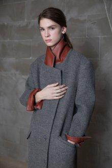 Серое пальто с кожаной отделкой