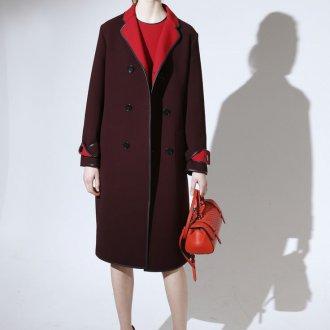 Пальто с красным воротником и кожаной отделкой