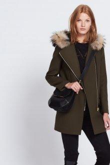 Пальто с меховым капюшоном