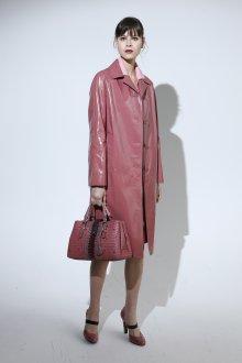 Розовое кожаное пальто