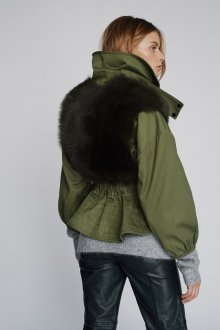 Зеленая куртка с мехом