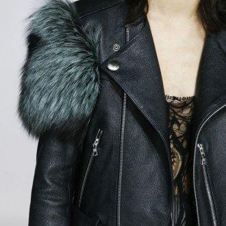 Кожаная куртка с мехом на рукавах