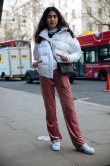 Белая куртка бомбер
