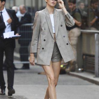 Двубортный серый пиджак