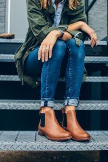 Джинсы с подворотами и ботинками челси