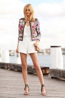 Короткий пиджак с вышивкой