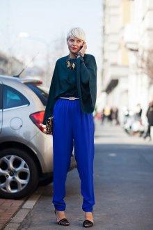 Ярко синие брюки