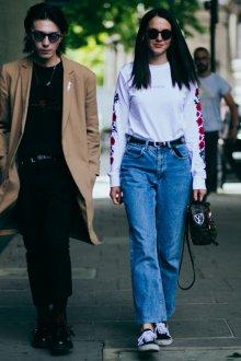 Голубые джинсы с высокой талией